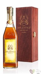 "Atlantico "" Private cask 25 aňos "" wood box rum of Dominican republic 40% vol. 0.70 l"